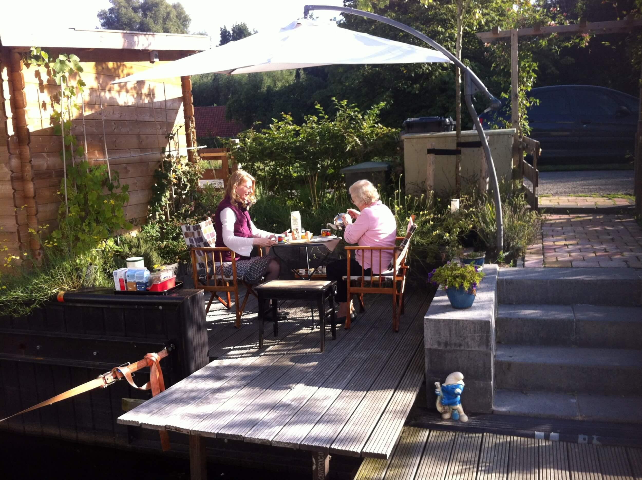 Ontbijt in de tuin - Houseboat Harmony - Bed & Breakfast Utrecht (1)