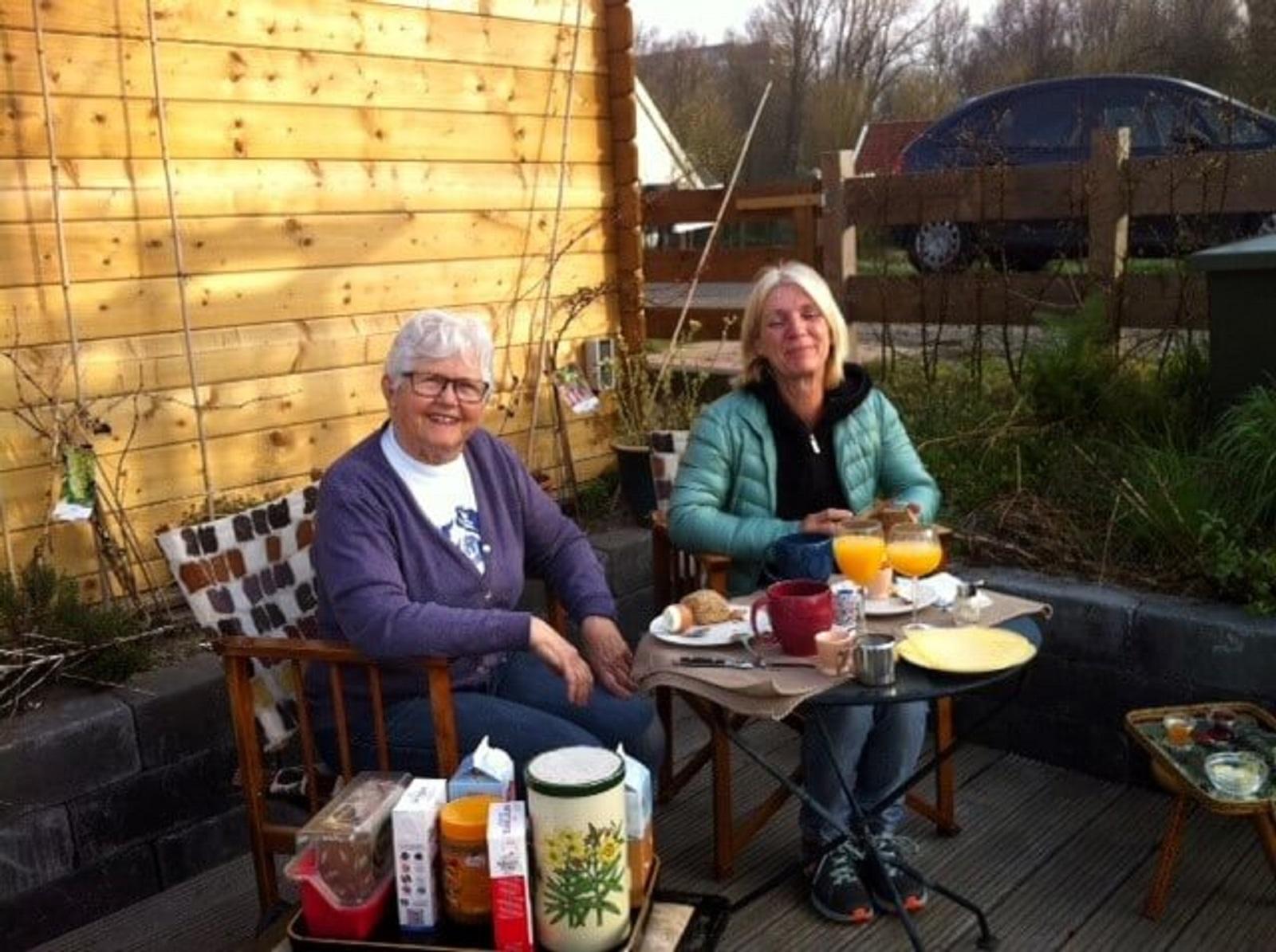 Ontbijt in de tuin - Houseboat Harmony - Bed & Breakfast Utrecht (4)